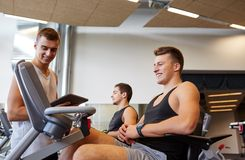 Men exercising on gym machine Royalty Free Stock Photography