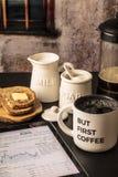 Men första kaffe med marknadsrapporten på minnestavlan, rostat bröd, mjölkar, sugaen Arkivfoto