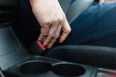 Men& x27 ; la main de s attache la ceinture de sécurité Image libre de droits