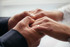 Men& x27 ; les mains de s tiennent le symbole femelle de la confiance et de la famille Photos libres de droits