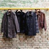 Men' modische Kleidung s auf Aufhängern Lizenzfreies Stockfoto