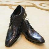 Men& negro brillante x27; zapatos de s para la novia Foto de archivo