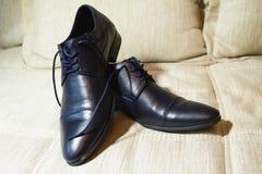 Men& negro brillante x27; zapatos de s para la novia Foto de archivo libre de regalías