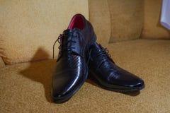 Men& negro brillante x27; zapatos de s para la novia Imagenes de archivo