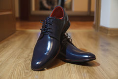 Men& negro brillante x27; zapatos de s para la novia Fotografía de archivo libre de regalías