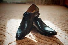 Men& negro brillante x27; zapatos de s para la novia Fotografía de archivo