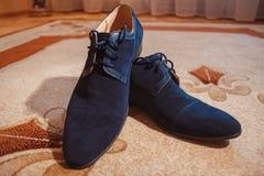 Men& negro brillante x27; zapatos de s para la novia Fotos de archivo