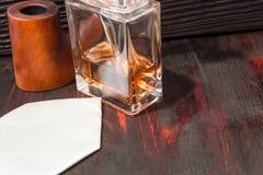 Men& x27; profumo di s sulla tavola di mogano fotografia stock libera da diritti