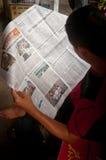 Men reading the newspaper Royalty Free Stock Photos