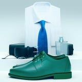 Men& x27; ropa y accesorios del negocio de s en un fondo gris Imagenes de archivo