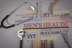 Men& x27; s健康 色的铅笔和一stetoscope在桌上 图库摄影