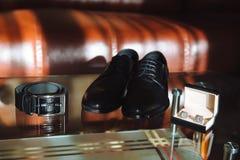 Men& x27; s akcesoria, Cufflinks, buty, patka na stole zdjęcie stock