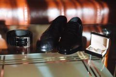 Men& x27; s akcesoria, Cufflinks, buty, patka na stole obraz stock