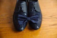 Men& x27; s akcesoria, krawat, buty, patka na stole zdjęcia royalty free