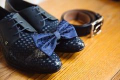 Men& x27; s akcesoria, krawat, buty, patka na stole obrazy royalty free