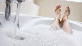 Men& x27; s-Füße in einer Badewanne, selektiver Fokus auf Zehen Stockbilder