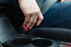 Men& x27; s-Hand befestigt den Sicherheitsgurt Lizenzfreies Stockbild