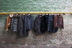 Men&-39; s modna odzież na wieszakach Zdjęcie Stock
