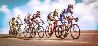 Men& x27; s som cyklar loppet Arkivfoto