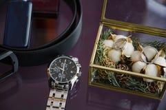 Men& x27; s wristwatches w pudełku w górę i pachnidło Men& x27; s akcesoria fotografia stock