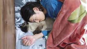 Men sleeps with his cat Royalty Free Stock Photos