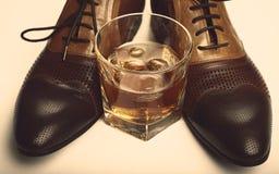 Men'sshoes i whisky Obraz Stock