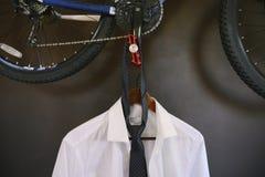 Men& x27; terno de s que pendura em um gancho Men& x27; cair branco da camisa e do laço de s em um gancho imagens de stock royalty free