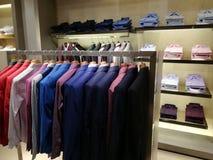 Men& x27; tienda de la ropa de s - chaquetas coloridas Foto de archivo libre de regalías
