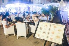 Menú turístico exhibido delante de restaurante en la 'promenade' Imágenes de archivo libres de regalías