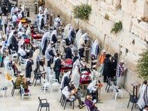Men' 西部墙壁的s部分在耶路撒冷,以色列 库存照片