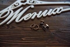 Men& x27; accesorios de s Corbata de lazo, mancuernas, anillos de oro Detalles del novio Foto de archivo