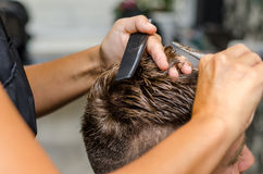 Men& x27; el corte del pelo de s scissors en un salón de belleza Fotos de archivo libres de regalías