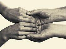 Men& x27 ; les mains de s tiennent les paumes femelles Photo libre de droits