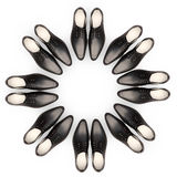 Men& x27; los zapatos de s están situados bajo la forma de círculo Imágenes de archivo libres de regalías