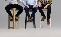 Men& x27; s-ben i moderna skor Royaltyfri Fotografi