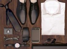 Men& x27; s-Geschäftskleidung und -Zubehör auf hölzernem Hintergrund Stockfoto