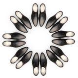 Men& x27; s-Schuhe befinden sich in Form eines Kreises Lizenzfreie Stockbilder