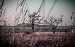 Menaçant à l'arrière-plan - le Tempelhof, Berlin Image libre de droits