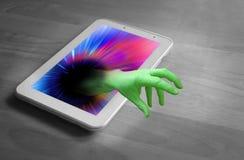 Menace de main de zombi d'Internet Photographie stock