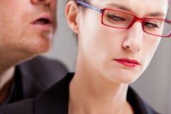 Menaces de sifflement d'homme chez l'oreille de la femme Photo libre de droits