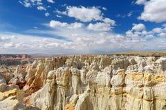 Menagrami a strisce bianchi sbalorditivi dell'arenaria in canyon della miniera di carbone vicino alla città della tuba, Arizona fotografia stock libera da diritti