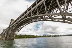 Menai海峡和不列颠尼亚桥梁从下面 图库摄影