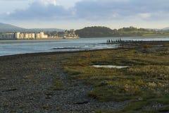 Menai海峡和Caernarfon在日落 免版税库存图片