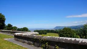 Menai从彭林城堡的海峡视图在威尔士 免版税库存图片