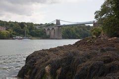 Menai-Brücke, welche die Insel von Anglesey mit dem Festland von Wales verbindet lizenzfreie stockfotos