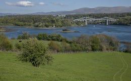 Menai zawieszenia most, Walia - słoneczny dzień, zielone łąki fotografia stock