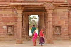 MENAL, RAJASTHAN, ÍNDIA - 11 DE DEZEMBRO DE 2017: A porta da entrada ao templo hindu de Menal com jovens mulheres vestiu-se com c Imagens de Stock Royalty Free