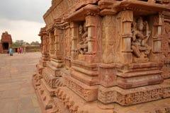 MENAL RAJASTHAN, INDIEN - DECEMBER 11, 2017: Hinduisk tempel med carvings i förgrunden Menal lokaliseras 54 km från Chittorgarh Royaltyfria Bilder