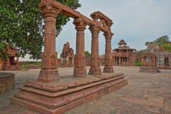 MENAL, RAJASTHAN, INDIEN - 11. DEZEMBER 2017: Hindischer Tempel mit Carvings im Vordergrund Menal befindet sich 54 Kilometer von  Lizenzfreie Stockbilder