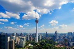 Menara Kuala Lumpur wierza z chmury niebem Widok z lotu ptaka Kuala Lumpur śródmieście, Malezja Pieniężny okręg i centra biznesu fotografia stock